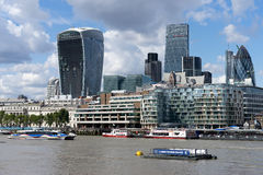 LONDYN, UK - SIERPIEŃ 22: Widok nowożytna architektura w mieście obrazy royalty free