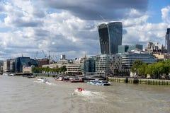 LONDYN, UK - SIERPIEŃ 22: Widok nowożytna architektura w mieście zdjęcia stock