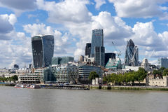 LONDYN, UK - SIERPIEŃ 22: Widok nowożytna architektura w mieście fotografia royalty free