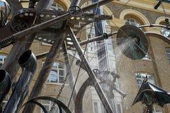 LONDYN, UK - SIERPIEŃ 22: Zakończenie nawigator rzeźba obok obrazy stock