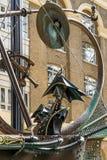 LONDYN, UK - SIERPIEŃ 22: Zakończenie nawigator rzeźba obok obraz royalty free