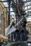 LONDYN, UK - SIERPIEŃ 22: Zakończenie nawigator rzeźba obok zdjęcia stock