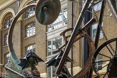LONDYN, UK - SIERPIEŃ 22: Zakończenie nawigator rzeźba obok obraz stock