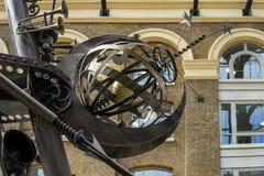 LONDYN, UK - SIERPIEŃ 22: Zakończenie nawigator rzeźba obok zdjęcie stock