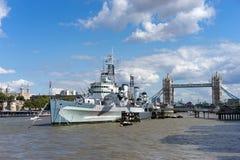 LONDYN, UK - SIERPIEŃ 22: HMS Belfast i wierza most w Londyn Fotografia Stock
