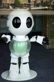 LONDYN, UK - SIERPIEŃ 22: Plastikowy robot w okno na southb obraz stock