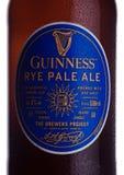 LONDYN, UK - STYCZEŃ 02, 2018: Butelkuje etykietkę Guinness żyta bladego ale piwo na bielu Guinness piwo produkuje od 1759 wewnąt Zdjęcia Stock
