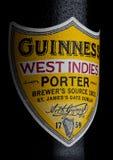 LONDYN, UK - STYCZEŃ 02, 2018: Butelkuje etykietkę Guinness indies furtianu zachodni piwo na bielu Guinness piwo produkował od 1 Obraz Royalty Free