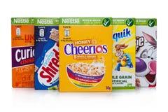 LONDYN, UK - STYCZEŃ 10, 2018: Pakunki Nestle cały zbożowy ceral dla śniadania na bielu Produkt Nestle zdjęcie stock