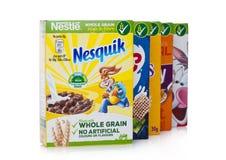 LONDYN, UK - STYCZEŃ 10, 2018: Pakunki Nestle cały zbożowy ceral dla śniadania na bielu Produkt Nestle obraz royalty free