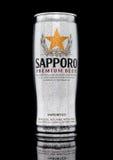 LONDYN, UK - STYCZEŃ 02, 2017: A puszka Sapporo piwo z mrozem na czerni Japoński browar zakładał w 1876 Niemieckim traine Zdjęcie Stock