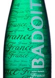 LONDYN, UK - STYCZEŃ 02, 2018: Szklana butelka Badoit świętego Galmier Francja kopalina carbonated wodę na bielu Produkt Danone Obrazy Stock
