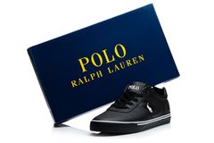 LONDYN, UK - STYCZEŃ 24, 2018: Czarni koloru Ralph Lauren polo sporta buty na bielu Obraz Royalty Free