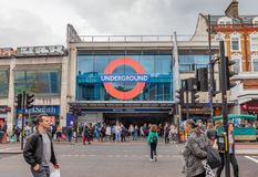 Londyn, UK wejście Brixton stacja metra na Victoria linii - Czerwiec 15th 2019 - obrazy royalty free