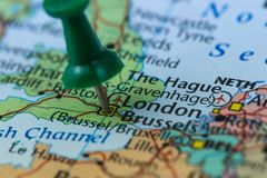 Londyn w Zjednoczone Królestwo przyczepiał na kolorowej politycznej mapie Europa Geopolityczny szkolny atlant obrazy royalty free