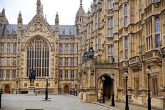 LONDYN, WESTMINISTER, UK - KWIETNIA 05, 2014 i parlament, domy parlament górują, przeglądają od Abingon St, Zdjęcie Stock