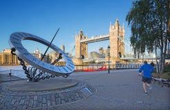 LONDYN WIELKI BRYTANIA, WRZESIEŃ, - 14, 2017: Basztowy panny młodej i słońca zegar na brzeg rzeki w ranku zaświeca Fotografia Stock