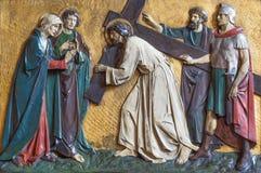 LONDYN WIELKI BRYTANIA, WRZESIEŃ, - 17, 2017: Reliefowy Jezus spotyka jego matki w kościół St Marys Pimlico zdjęcia royalty free