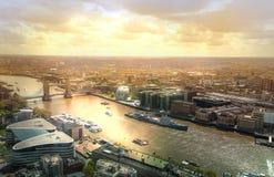 LONDYN, wierza Przerzuca most, Przegląda na Rzecznym Thames, Obrazy Stock