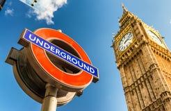 LONDYN, WRZESIEŃ - 25, 2016: Londyński podziemny symbol pod Dużym Obrazy Royalty Free