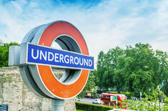 LONDYN, WRZESIEŃ - 28, 2013: Metro znak na ulicie Londyn s Obrazy Stock