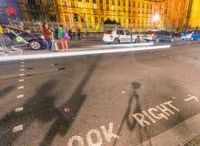 LONDYN, WRZESIEŃ - 29, 2013: Turyści pod Big Ben z kiblem Zdjęcia Royalty Free