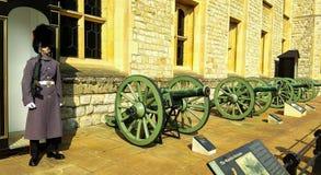 Londyn, Zjednoczone Królestwo/- 03/21/2019: Angielszczyzny chronią przed wierza London - skarbiec obraz stock