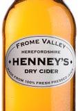 LONDYN ZJEDNOCZONE KRÓLESTWO, CZERWIEC, - 22, 2017: Butelki etykietka Henney ` s Apple Suchy cydr na bielu fotografia royalty free