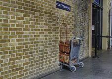 Londyn, Zjednoczone Królestwo, Czerwiec 2018 3 4 9 królewiątek platformy przecinająca stacja obraz stock