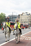 Londyn, Zjednoczone Królestwo/- 07/06/2012, Dwa Brytyjskich Wielkomiejskich funkcjonariuszów policji jedzie na Horseback w Czerwu Zdjęcia Royalty Free