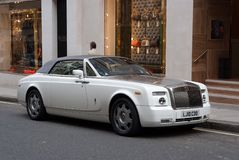 Londyn Zjednoczone Królestwo, Luty, - 25, 2010: samochód parkujący przy sklepowym okno Luksusowy samochód na miasto ulicie Motoro Obraz Royalty Free