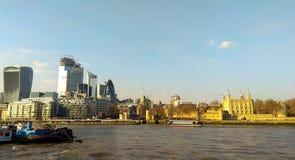 Londyn, Zjednoczone Królestwo/- 03/21/2019: nowy i stary - nowi drapacz chmur i stary wierza Londyn obraz stock