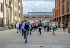 Londyn Zjednoczone Królestwo, Sierpień, - 3, 2017: Turyści krzyżuje Zdjęcia Stock