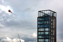 Londyn, Zlany królestwo - Lipiec 2017: Londyńscy budynki i przeciwawaryjny helikopter zdjęcie stock