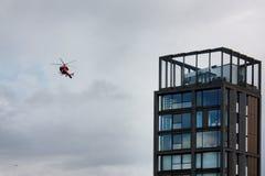 Londyn, Zlany królestwo - Lipiec 2017: Londyńscy budynki i przeciwawaryjny helikopter obraz stock
