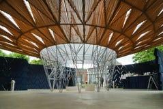 Londyn, Zlany królestwo: Wężowatego pavillon architektoniczny szczegół podczas dnia w Londyn zdjęcia stock