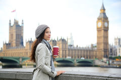 Londyńska kobieta pije kawę Westminister mostem Zdjęcie Stock