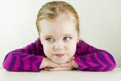 lone förlorad enkel tabelltanke för flicka Royaltyfri Fotografi