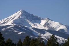 lone majestätiskt berg Royaltyfria Bilder