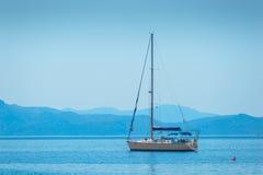 Lone seglingyacht fotografering för bildbyråer