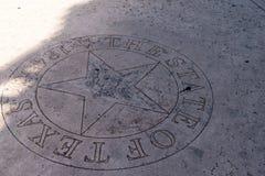 Lone Star do emblema de Texas Silver no concreto do passeio fotografia de stock