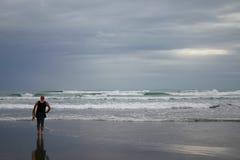 lone surfare Arkivfoto
