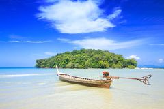 A lone tailboat waits by the shore Royalty Free Stock Photography