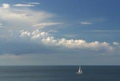 lone yacht arkivbilder