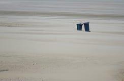 Loneley par på stranden Royaltyfri Bild