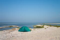 Loneline Zelt an der Küste Stockfotos