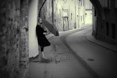 lonelly ретро женщина зонтика улицы Стоковая Фотография RF