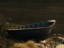 Lonely boat by the shore Royalty Free Stock Photos