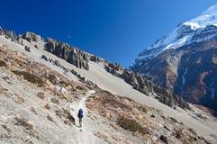 Lonelytrekker en el rastro en las montañas de Nepal Imagen de archivo libre de regalías