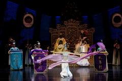 Long acte gainé de la danse de cour 1-The en second lieu : un festin dans le ` en soie de princesse de danse de ` palais-épique d Image libre de droits